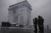 Протестующие в Париже повредили Триумфальную арку