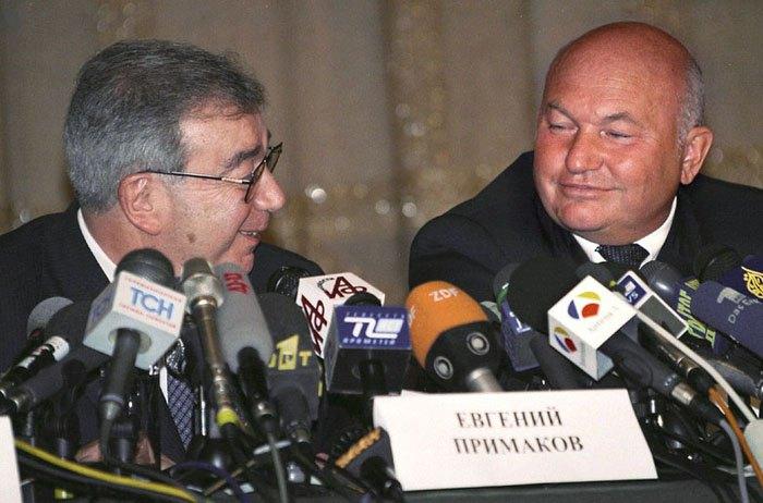 Евгений Примаков (слева) и Юрий Лужков во время пресс-конференции в Москве, 17 августа 1999.