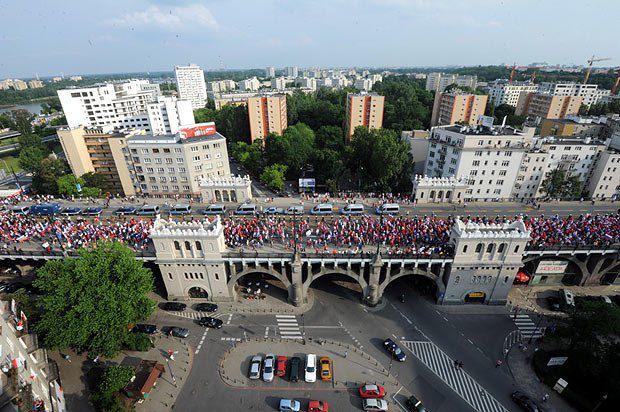 Російські фанати рухаються до стадіону у Варшаві перед матчем Польща-Росія