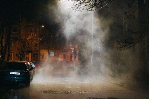 У Києві біля Повітрофлотського проспекту прорвало трубу з гарячою водою.