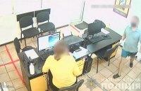У Сумах чоловік з ножем пограбував кредитне відділення