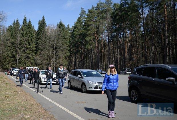 Журналисты подходят и подъезжают к резиденции