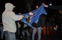 Участники марша УПА сожгли флаг Партии регионов