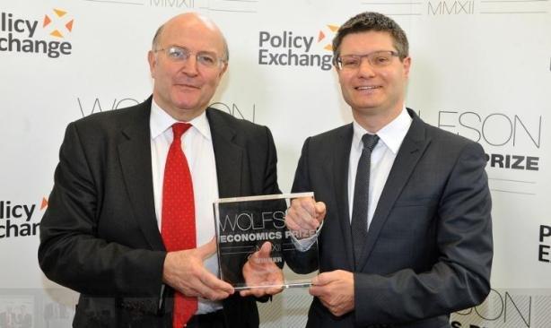 Победитель конкурса Роджер Бутл (слева) и основатель конкурса Чарльз Волфсон в момент награждения