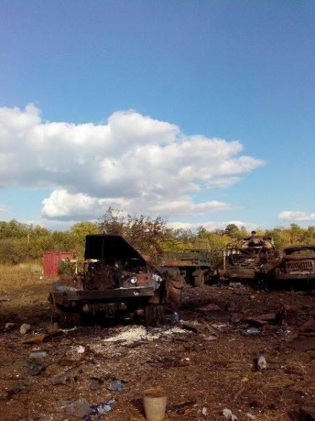 Военная техника после обстрела в районе Песков и Тоненького