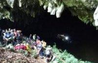 Таиландские спасатели третьи сутки разыскивают детей, потерявшихся в пещере