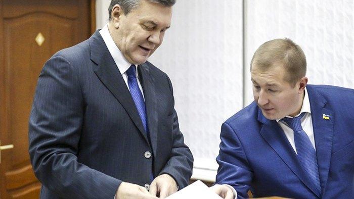 Вiктор Янукович і його адвокат Віталій Сердюк