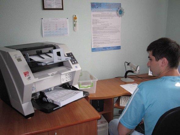 Обробка робіт спецсканером в Вінницькому центрі ЗНО