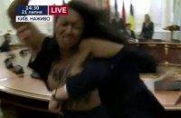 Женщина оголила грудь на церемонии в ходе встречи Порошенко и Лукашенко