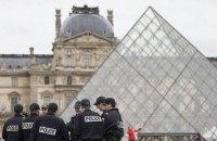 С площади перед Лувром в Париже эвакуировали людей из-за подозрительной сумки