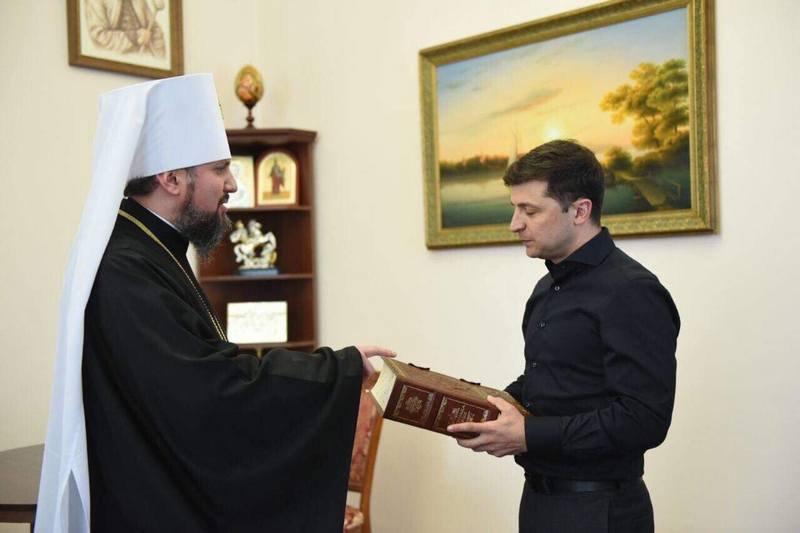 Під час зустрічі митрополит Епіфаній подарував Володимиру Зеленському репринт Острозької Біблії