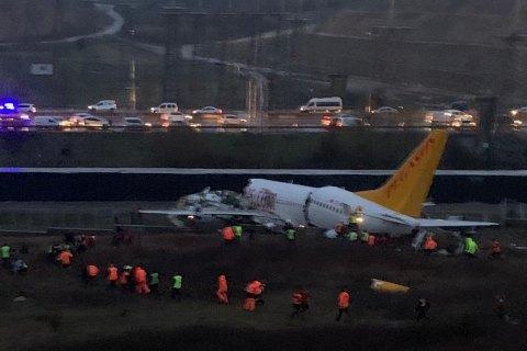 Число жертв при жесткой посадке самолета в Стамбуле выросло до трех