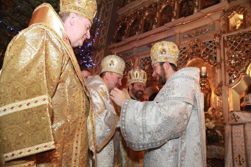 Глава УГКЦ Патріарх Святослав Шевчук ( в центрі) під час єпископської хіротонія владики Ніла Лущака (справа), Ужгород, 12 січня 2013 р.
