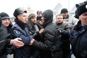 Милиции удалось помешать раздаче презервативов с изображением Януковича