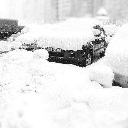Еще одно найденное в соцсетях фото - заснеженная парковка. Точное местонахождение неизвестно, похоже на спальный район