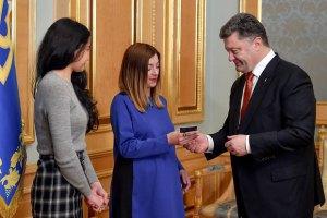 Порошенко вручил украинский паспорт российской журналистке