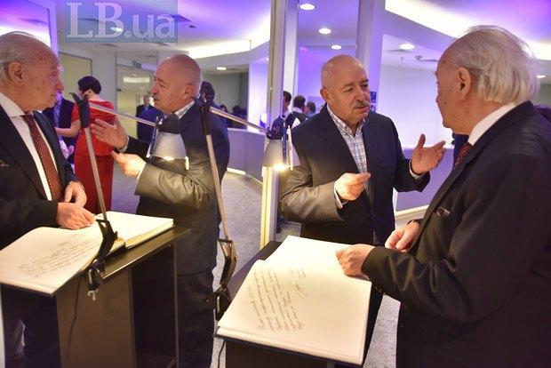 Роман Кофман (справа) и Иосиф Пастернак оставляют пожелания для редакции Lb.ua