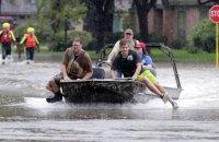 """Дамба возле Хьюстона начала пропускать воду после удара """"Харви"""""""