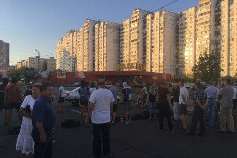 Незадоволені будівництвом АЗС жителі київських Позняків перекрили вул. Ревуцького