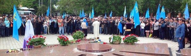 Возложение цветов в парке Салгирка в Симферополе, у памятного знака. 18 мая.