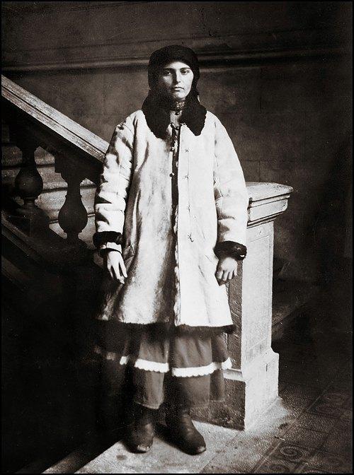 Подпись на обороте фотографии: «Русинская женщина в шубе. Мне нравится её меланхоличное выражение лица, в ней есть что-то величественное»