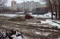 Застройщик возобновил попытки засыпать озеро на Позняках