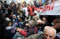 Сторонники Тимошенко под судом завалили на милицию ограждение