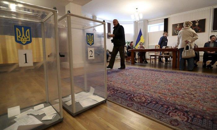 Голосування на дільниці в Бішкеку, Киргизтан, 21 квiтня 2019.