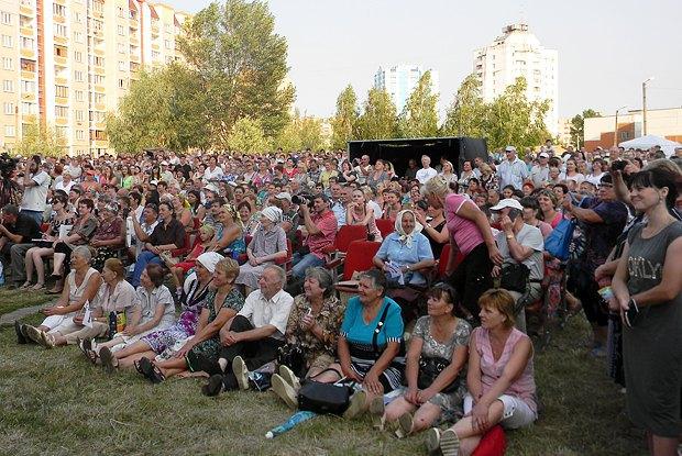 Жители микрорайона Масаны слушают Тимошенко, Дубиля и кандидата в депутаты Власенко