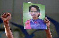 Лідерка М'янми вперше особисто постала перед судом після свого арешту
