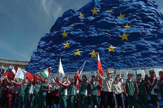 Угорцы в Будапешті святкують вступ своєї країни в ЄС, 2004 рік