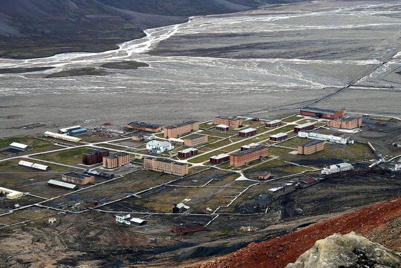 Общий вид на посёлок Пирамида с одноимённой горы.