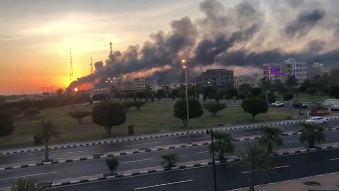 Пожар на нефтеперерабатывающем заводе Saudi Aramco после атаки дроновв ночь с 14 на 15 сентября 2020 г