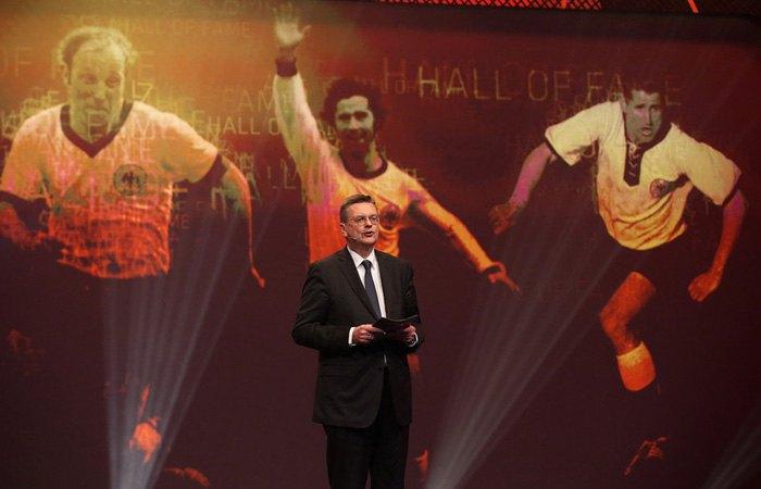 Райнхард Гріндель виступає під час урочистого відкриття «Залу слави» німецького футболу в Дортмунді, Німеччина, 01 квітня 2019.