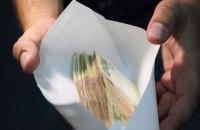 На Киевщине кандидат в головы ОТГ поздравлял учителей с профессиональным праздником конвертами с 1000 грн