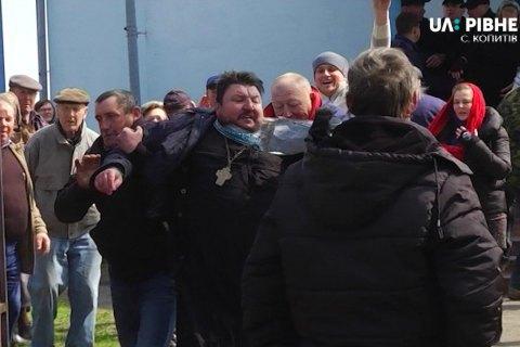 У Рівненській області з церкви, що перейшла в ПЦУ, виштовхали священика УПЦ МП