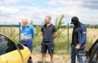 Двох слідчих із Мелітополя затримали під час отримання $10 тис. хабара
