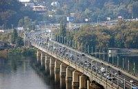 В Киеве на два месяца ограничат движение по одной полосе на мосту Патона