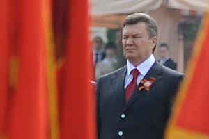 Янукович подпишет закон о красном флаге