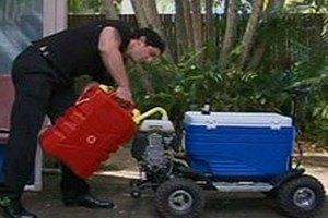 Австралийца лишили прав за езду на холодильнике в пьяном виде