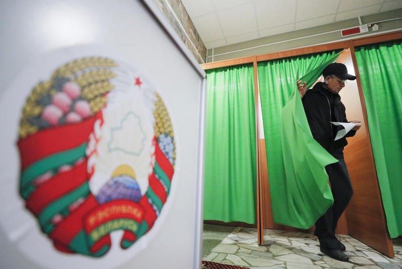 Голосование на избирательном участке в Минске, 17 ноября 2019.