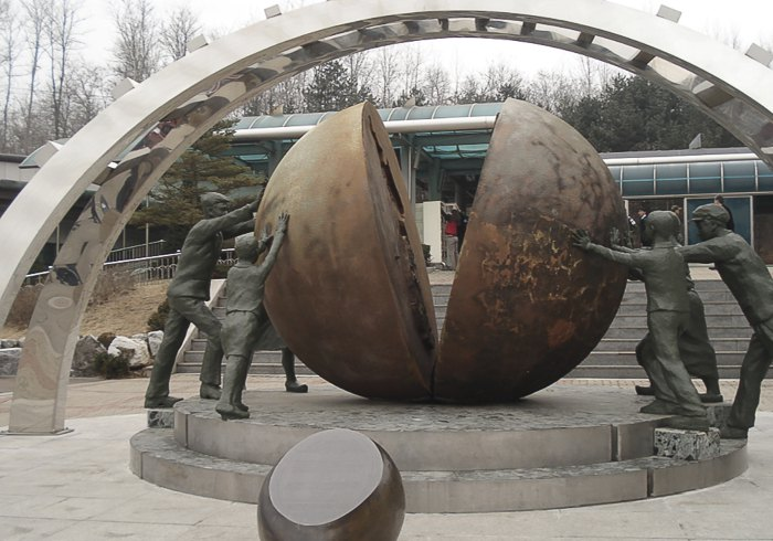 Скульптура в демилитаризованной зона между КНДР и Южной Кореей, Панджу, Южная Корея