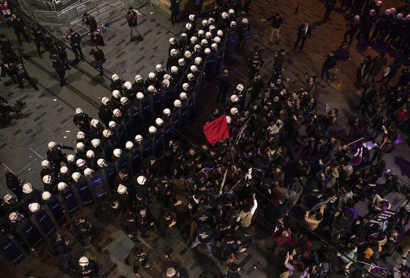 Полиция разогнала женский марш