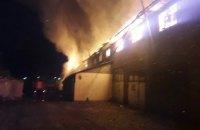 На Київщині спалахнула масштабна пожежа: горить колишній меблевий цех