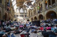 Противники изменений климата захватили Музей естествознания в Лондоне
