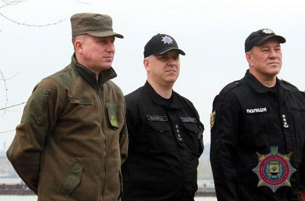 Гончаров - крайний справа, Аброськин - в зеленой форме