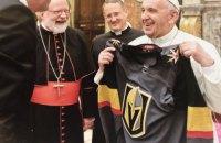 Папа Римский примерил хоккейный джемпер клуба НХЛ