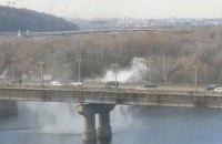 У Києві на мосту Патона прорвало теплотрасу