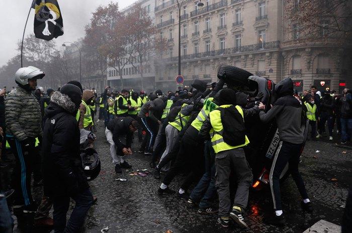 Во время протестов 'желтых жилетов' в Париже, 01 декабря 2018.