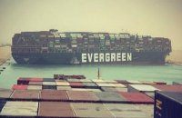 Гігантський контейнеровоз сів на мілину і заблокував рух в Суецькому каналі